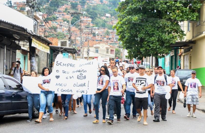 Amigos, parentes e familiares de Gustavo, caminharam da comunidade da Fazendinha até o cemitério de Inhaúma em protesto pela morte do jovem e pela violência na comunidade Foto: Betinho Casas Novas