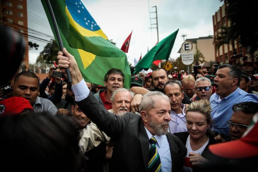 Lula chega para depor em Curitiba
